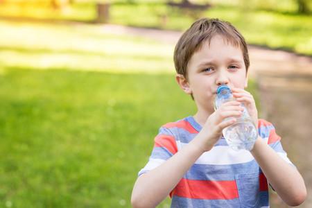 Más de la mitad de niños que hace deporte no bebe suficiente agua: por qué hidratarse antes, durante y después de la actividad física