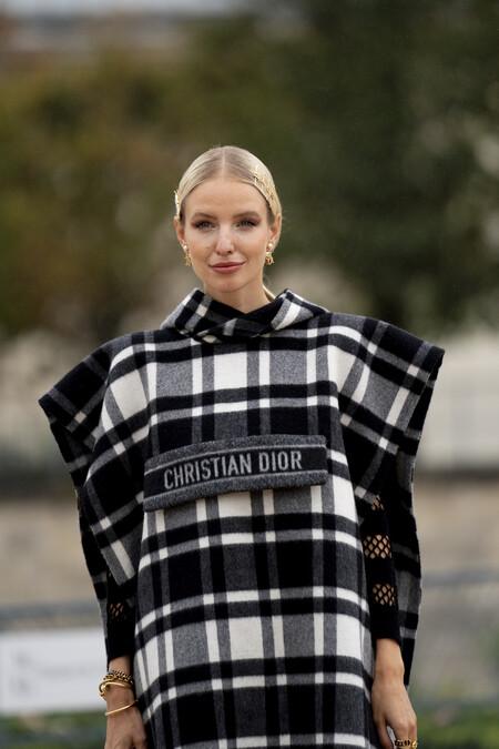 Con la llegada del frío las calles se visten con abrigos a cuadros. El street style nos muestra siete modelos perfectos para marcar la diferencia