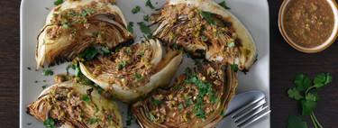 Col asada con vinagreta de pistachos, limón y parmesano: receta para darle otra vida a esta verdura