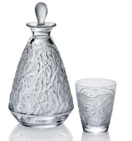 Un decantador con vaso de agua en la mesilla de noche, un detalle de buen anfitrión