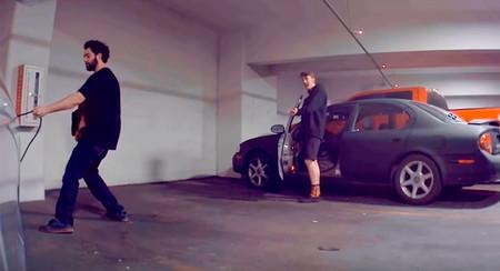 Cazados tras patear el enchufe de un Tesla Model 3 gracias al chivatazo del Modo Centinela que tiene el coche