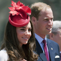 Kate Middleton tocado rojo Sylvia Fletcher look