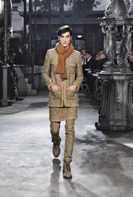 El famoso tailleur Chanel no es sólo para chicas, durante el desfile París en Roma lo lucieron también los chicos