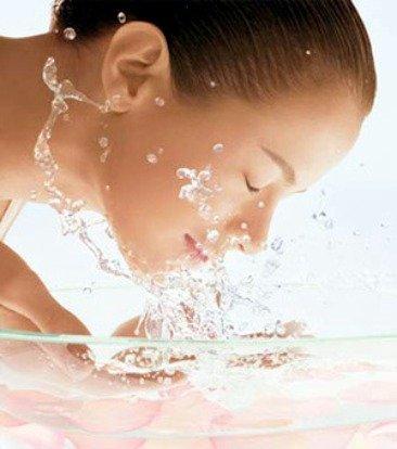Chica lavando la cara
