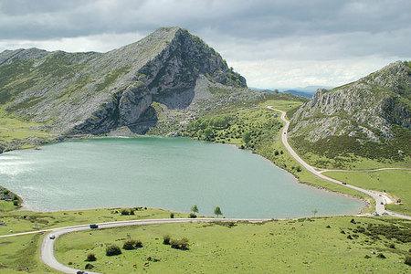 Acceso a los Lagos de Covadonga en época turística