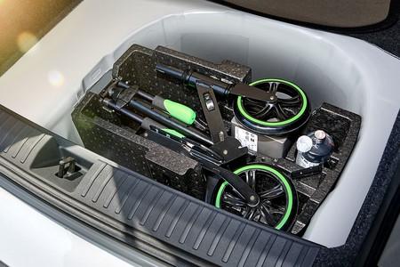 Škoda presenta su propuesta de micromovilidad: un patinete plegable para tener a mano en el coche