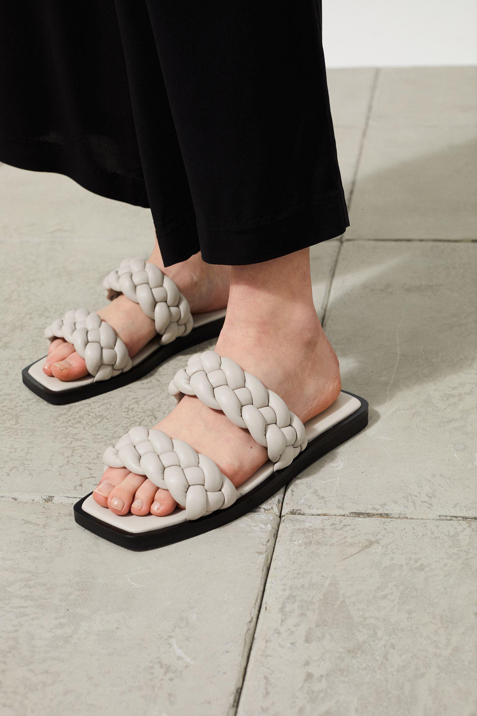 Sandalias en piel sintética con tiras trenzadas anchas y puntera abierta