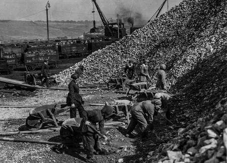 Varias Trabajadoras En Una Planta Quimica Trabajando Con Oxido De Calcio