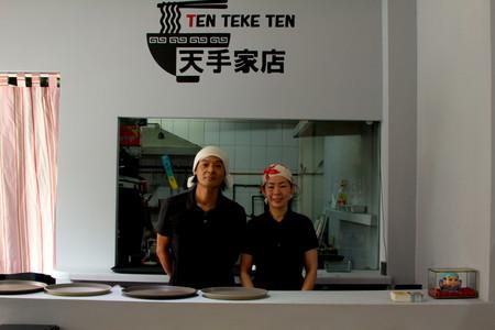 Yoshi y Hiroko, al frente de su barra.