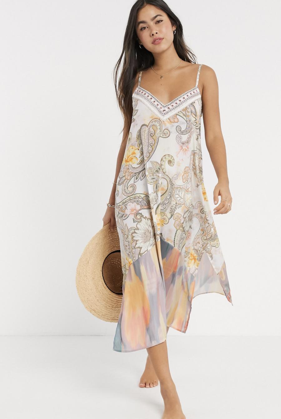 Vestido midi de playa con estampado de cachemir en color crema de River Island
