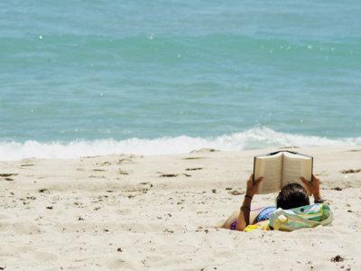 Nuestras 5 lecturas recomendadas para llevarte a la playa