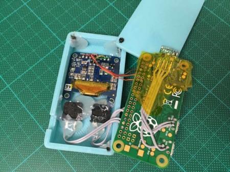 Foto del proyecto en la que podemos ver el hack para tener Wi-Fi en la propia placa y los pulsadores y la conexión del display