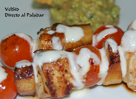 brochetas_pollo_salsa_queso1.png