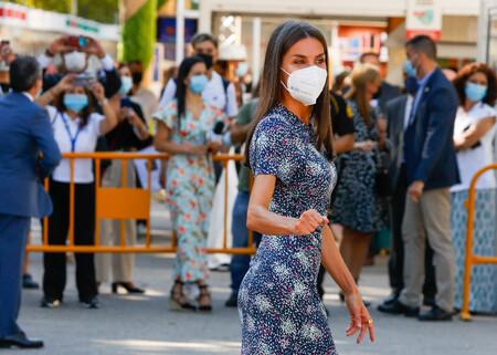 Doña Letizia asiste a la inauguración de la Feria del Libro de Madrid con un vestido estampado y unos salones granate