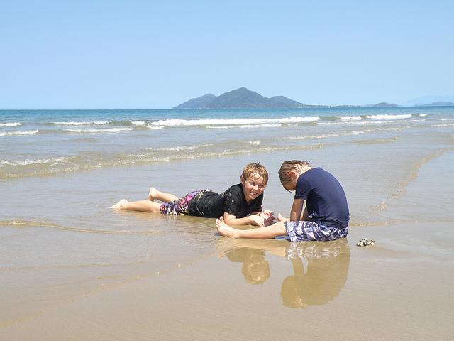 Niños en playa tropical