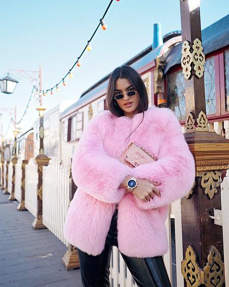 Invierte en un abrigo de pelo rosa y siempre tendrás un look en tendencia cero aburrido