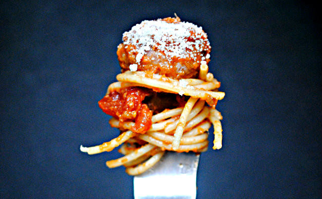 Receta de espaguetis con albóndigas de ternera y berejena, un plato único para chuparse los dedos
