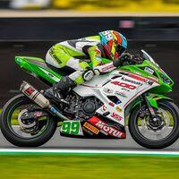 ¡Colosal! Adrián Huertas gana en Assen y pone la directa hacia el título mundial de Supersport 300