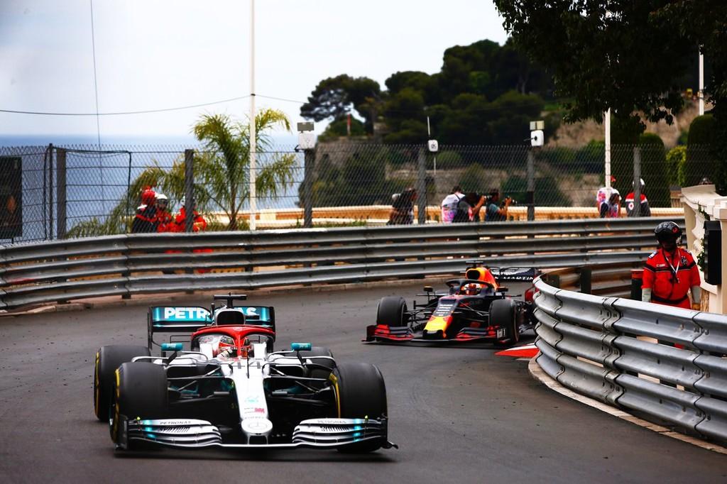 Lewis Hamilton se impone a un combativo Max Verstappen en Mónaco y se destaca en el mundial