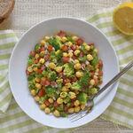 Ensalada de garbanzos con brócoli y vinagreta de limón: receta vegana saludable perfecta para el verano