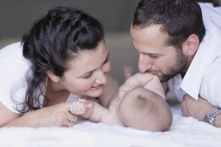 Casi todos los bebés nacidos en julio en España siguen llevando el apellido del padre en primer lugar
