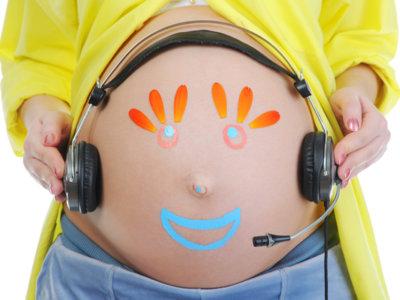 Vía vaginal, la música estimula al bebé en el embarazo: ¿se puede hacer en casa?