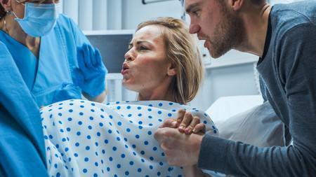Cuándo es el mejor momento y cómo realizar los pujos durante el parto