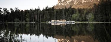 Arquitectura y naturaleza van de la mano en la rehabilitación de esta cabaña junto al lago