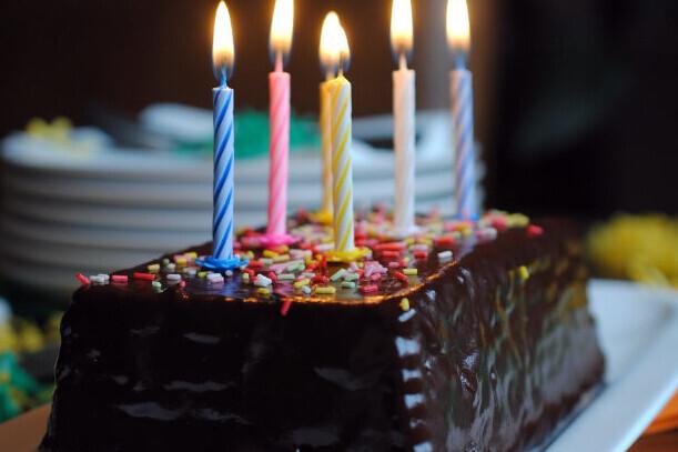 Receta de tarta de chocolate y galletas: la típica de los cumpleaños (perfecta para hacer con niños)