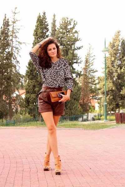 shorts cuero marron leopardo