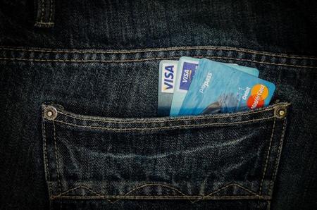 ¿Cuánto sale a cuenta pagar la gasolina con tarjeta?