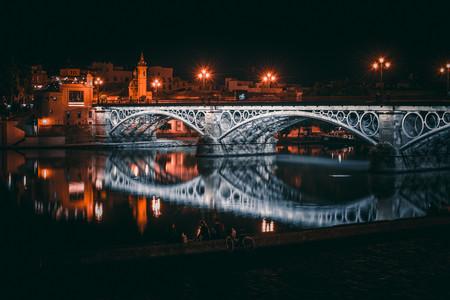 Los eléctricos paisajes urbanos nocturnos de Ginés Cirera, un nuevo talento de la fotografía