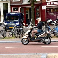 Tras los coches, la movilidad se cobra una nueva víctima en Ámsterdam: los ciclomotores