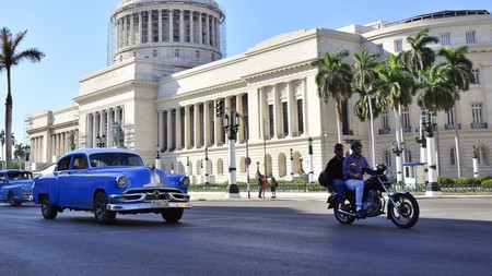 Las motos eléctricas se están popularizando en Cuba en respuesta a la crisis de abastecimiento de combustible