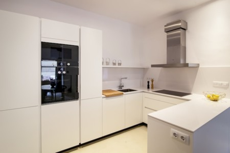 Puertas abiertas una cocina conectada con otros ambientes for Cocina 18 metros cuadrados