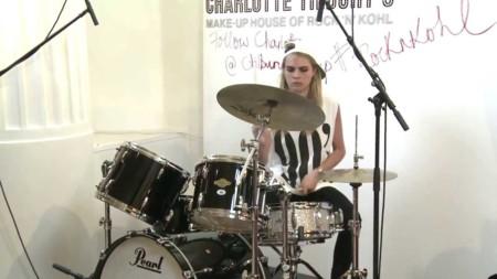 Cara tocando la batería