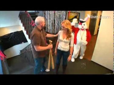 El vídeo bizarro del domingo: Yvonne Strahovski bateando un conejo