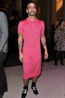 Marc Jacobs se atreve a llevar vestido en la exposición dedicada a Louis Vuitton