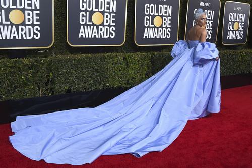 Globos de Oro 2019: Lady Gaga deslumbra con un vestidazo digno de una alfombra roja y homenajea a Judy Garland