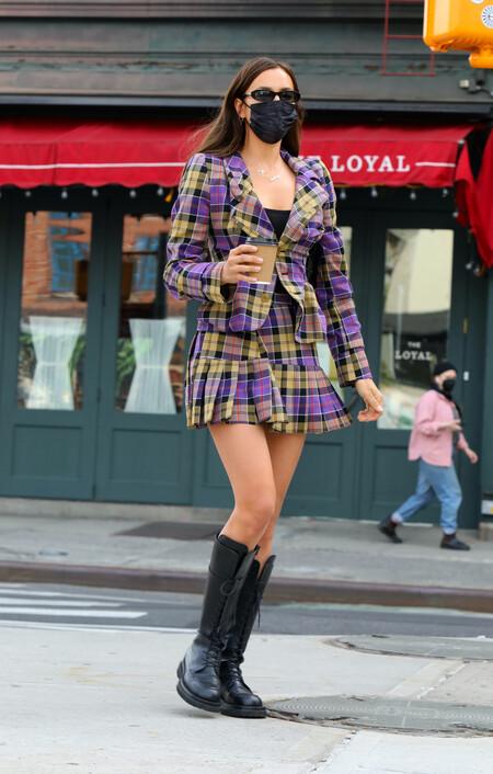 Al más puro estilo Cher Horowitz en Clueless, así pasea Irina Shayk por Nueva York con un lookazo de diez