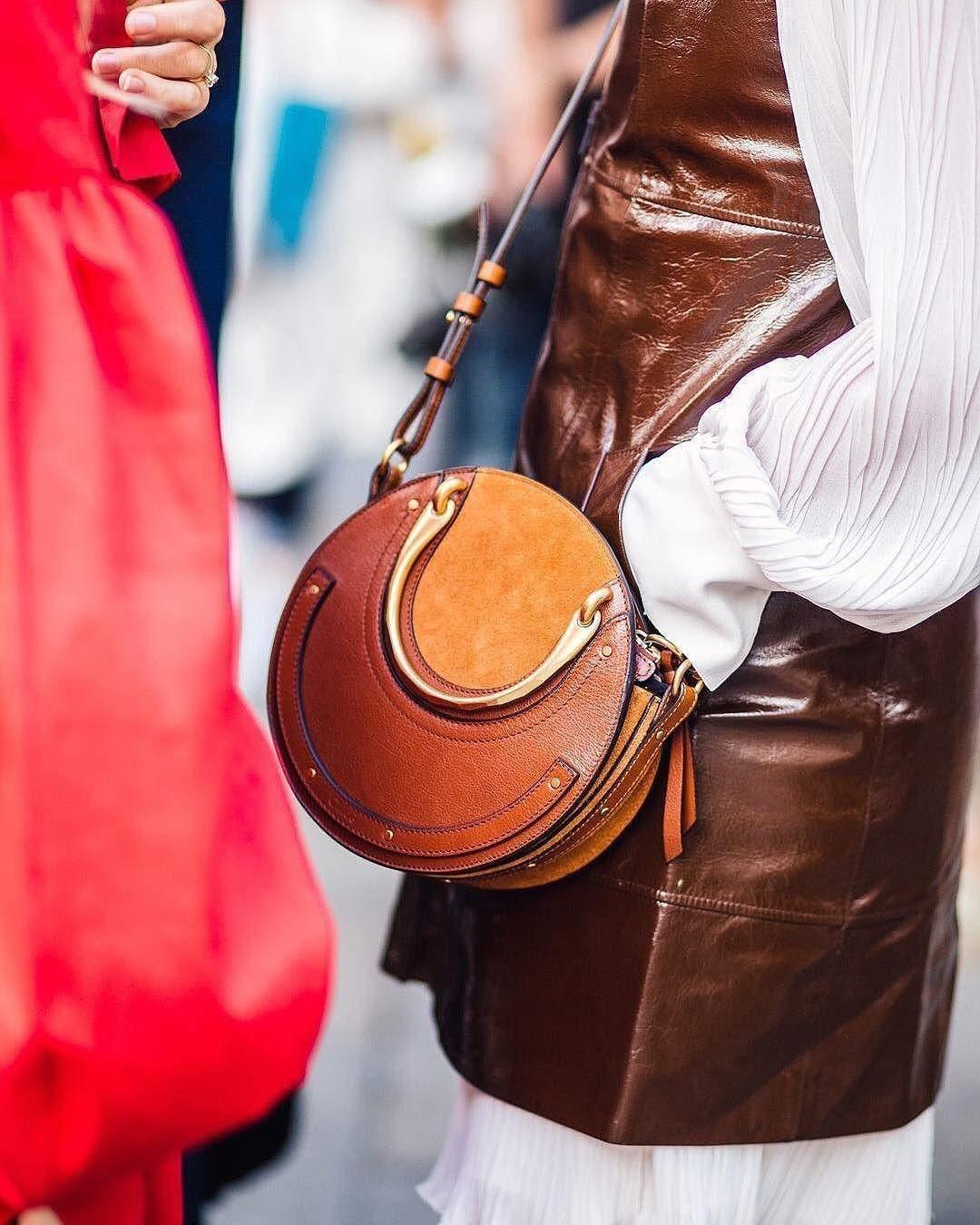 El nuevo bolso de moda entre las insta girls es redondo y tiene nombre de  joya 63b94ef185c