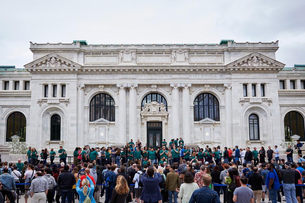 Tim Cook inaugura la impresionante Apple Store de Carnegie Hall en Washington