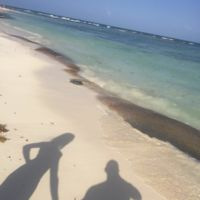 Hiba Abouk se echa un misterioso acompañante de viajes, ¿quién es él?