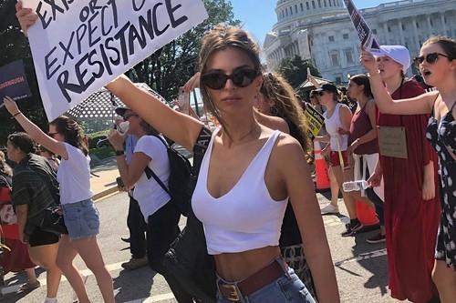 Emily Ratajkowski y Amy Schumer son arrestadas en una manifestación feminista