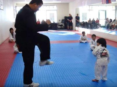 No podrás dejar de reírte con el vídeo de este adorable karateka