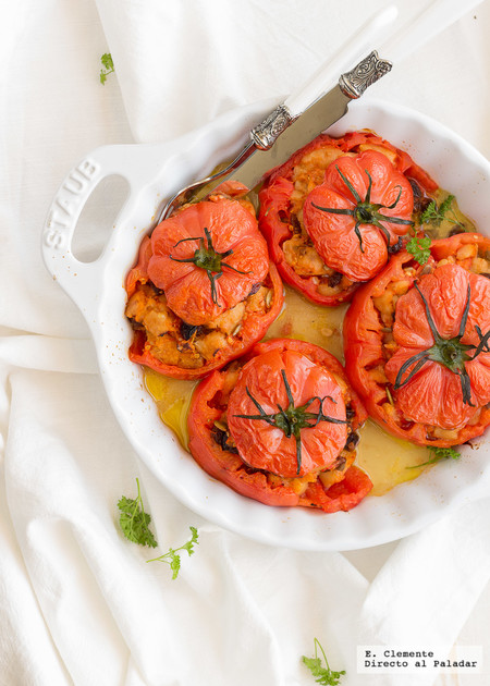 Tomates rosas rellenos de piñones y uvas pasas. Receta vegetariana