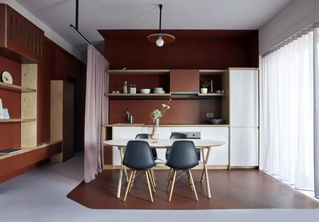 Todo al rojo en este original piso de Milán que usa el color para crear volúmenes y definir usos