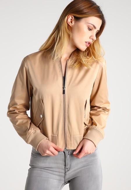 60% de descuento en esta  chaqueta tipo bomber de Kiomi en color oro: ahora 23,95 euros en Zalando