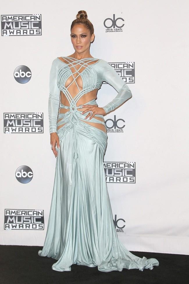 f9d8758e14 El vestido azul pastel de Jennifer López parecía más una red que un vestido.  El modelo de Charbel Zoe jugaba a enseñarlo casi todo por delante y por  detrás.
