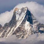 La historia de Machapuchare, la montaña intacta del Himalaya a la que Nepal prohíbe ascender